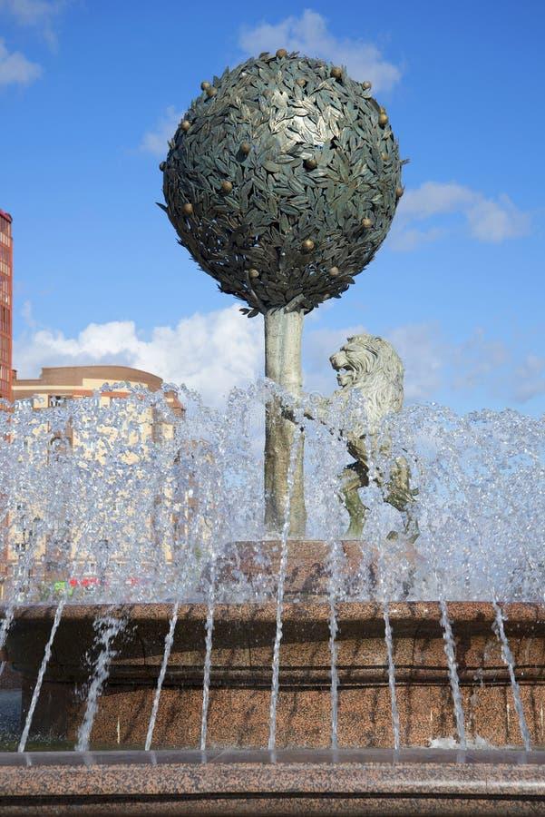 Van oranje boom en een leeuw in de stralen van water Beeldhouwwerk in het centrum van de fontein in de stad van Lomonosov royalty-vrije stock fotografie