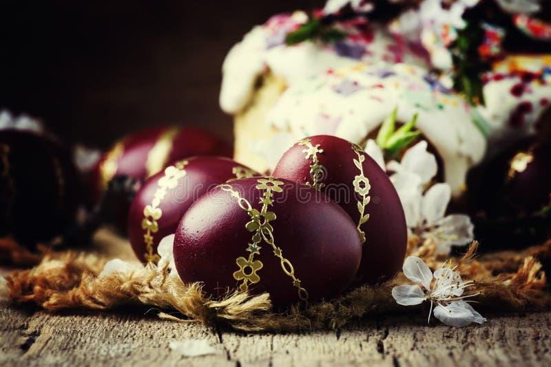 Van Pasen het rood en van Bourgondië eieren met gouden patroon, wit abrikozenfl royalty-vrije stock afbeeldingen