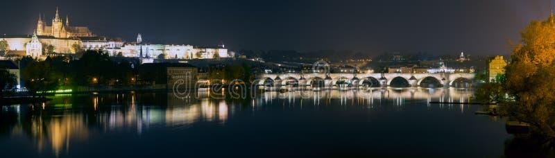 Van Praag (Praha) het panorama bij nacht royalty-vrije stock foto