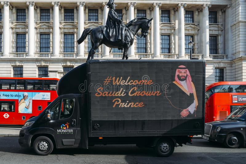 Van przechodzi Whitehall z szyldowym witający Saudyjskiego książę koronny Arabia Saudyjska, Mahomet kosz Salman UK fotografia royalty free
