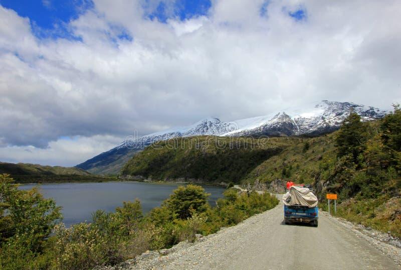 Van que conduce en Carretera austral, Chile fotografía de archivo