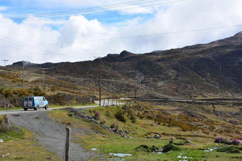 Van que conduz uma estrada em Merida, Venezuela imagens de stock