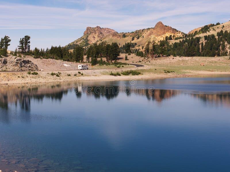 Van Rv-ing, el lago y el paisaje de rv imágenes de archivo libres de regalías