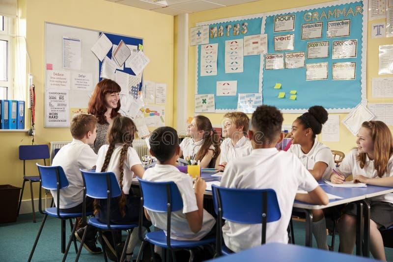 Van schoolleraar en jonge geitjes het werk aangaande klassenproject, lage hoek royalty-vrije stock foto