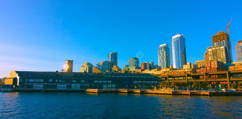 , Van Seattle, Washington/MAI 5, 2019, de waterkant van Seattle en de horizon van de binnenstad royalty-vrije stock foto's