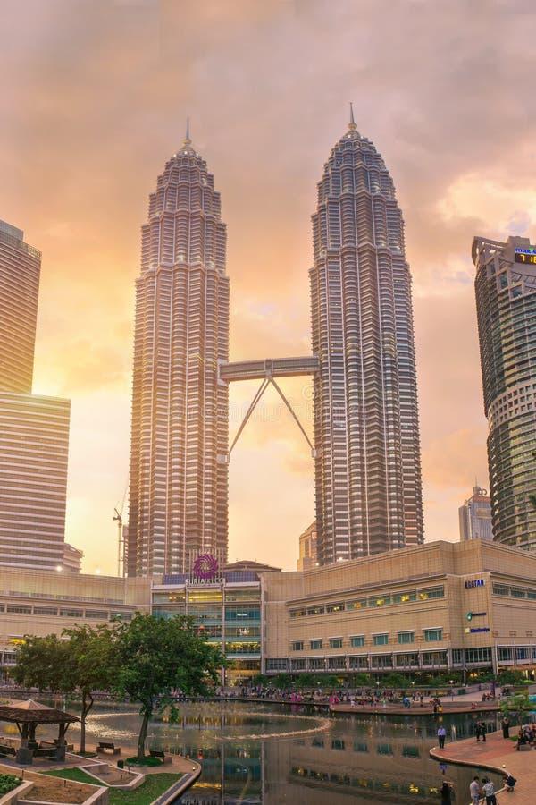 Van stads centrale park en Petronas torens op zonsondergang royalty-vrije stock fotografie