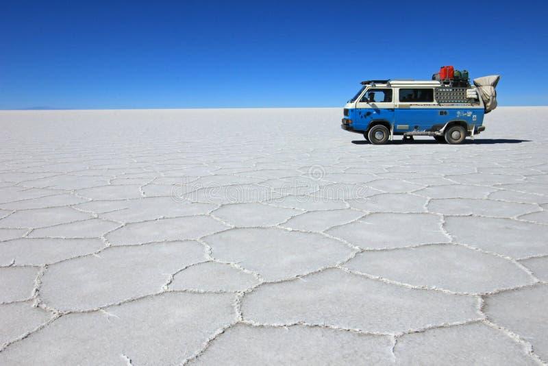 Van su Salar de Uyuni, lago di sale, Bolivia fotografia stock libera da diritti