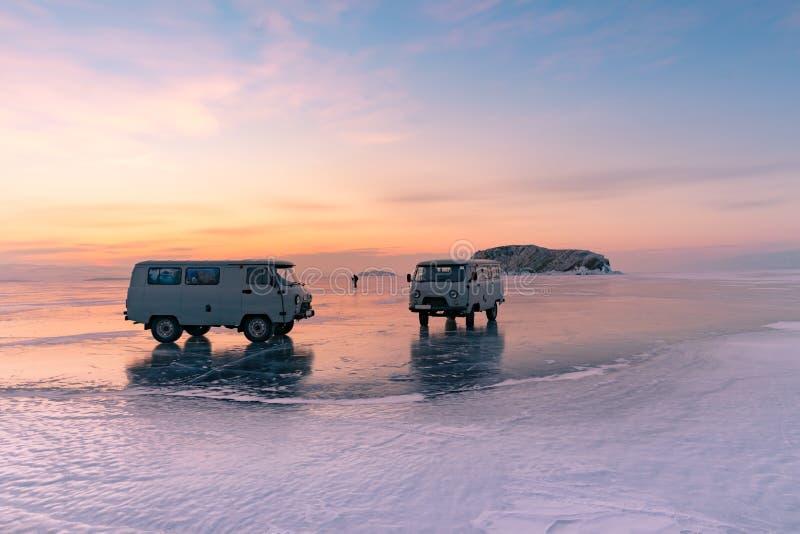 Van sur le lac congelé de l'eau de Baikal avec le fond dramatique de ciel photo libre de droits