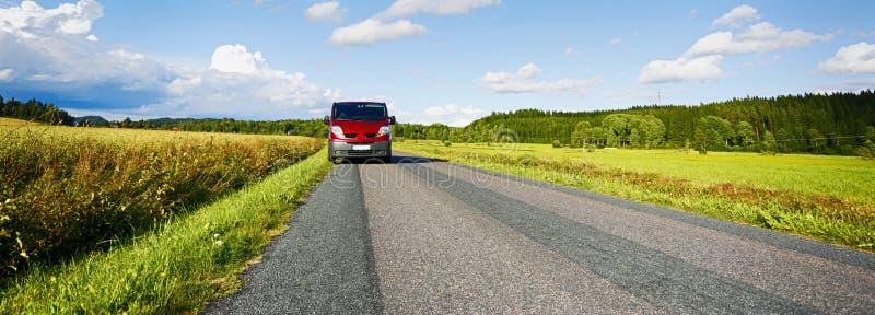 Van, suv, conduisant une longue route de campagne images stock