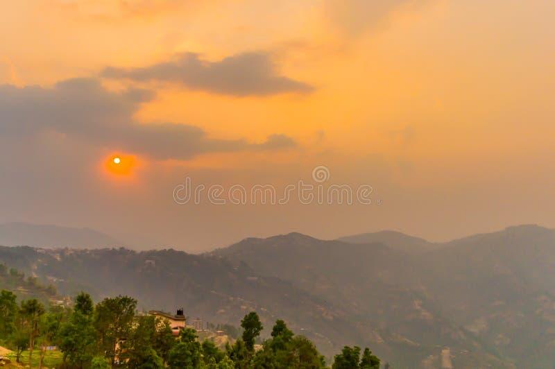 Van Trillende bewolkte hemel bij de dag van de schemerdageraad Reis, Vakantie, Vakantie, vrijheid, eenvoudconcept royalty-vrije stock foto's