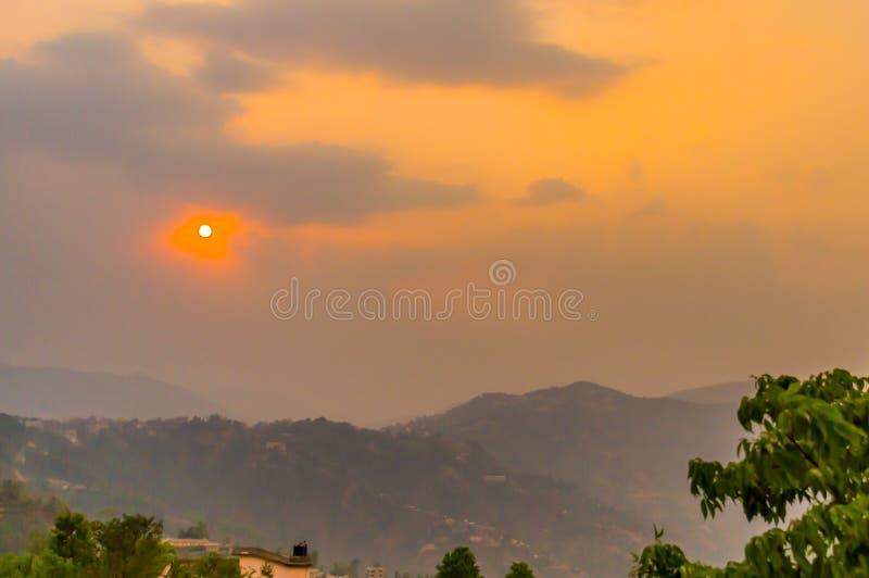 Van Trillende bewolkte hemel bij de dag van de schemerdageraad Reis, Vakantie, Vakantie, vrijheid, eenvoudconcept royalty-vrije stock foto
