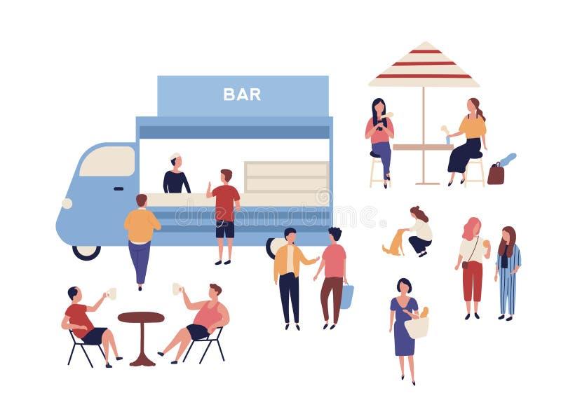 Van und lustige Leute, die neben es, sitzend in den Tischen, in trinkendem Kaffee und miteinander in sprechen gehen Stra?e im Fre vektor abbildung