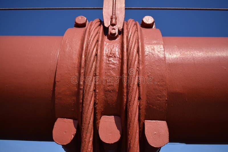 Van vid kabelmusikband och vertikala upphängningrep underhåller den huvudsakliga kabeln på Golden gate bridge, 1 arkivfoto