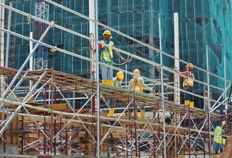 Van vid service för material till byggnadsställning ett plattform- eller formarbete för att byggnadsarbetare ska arbeta royaltyfri fotografi