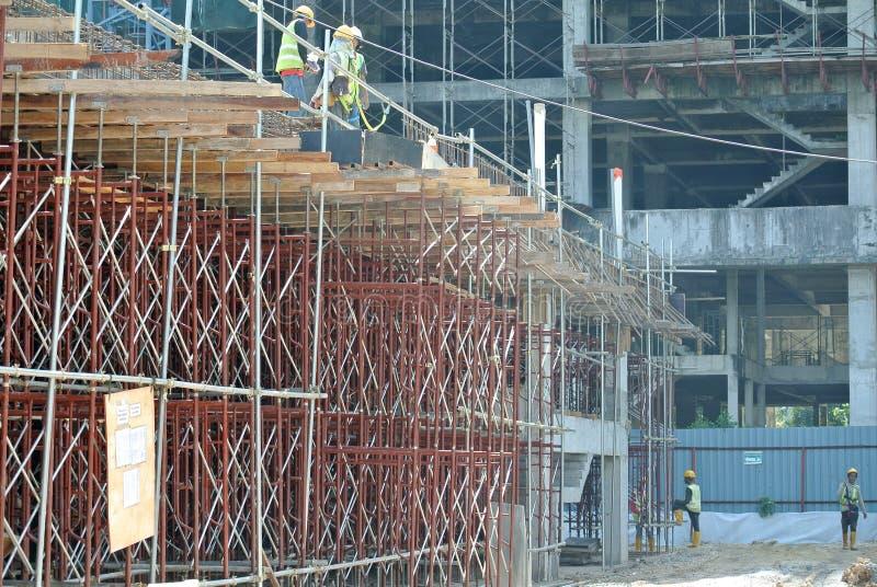 Van vid service för material till byggnadsställning ett plattform- eller formarbete för att byggnadsarbetare ska arbeta royaltyfri bild