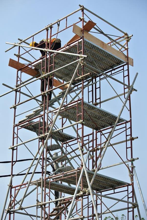 Van vid service för material till byggnadsställning ett plattform- eller formarbete för att byggnadsarbetare ska arbeta royaltyfri foto