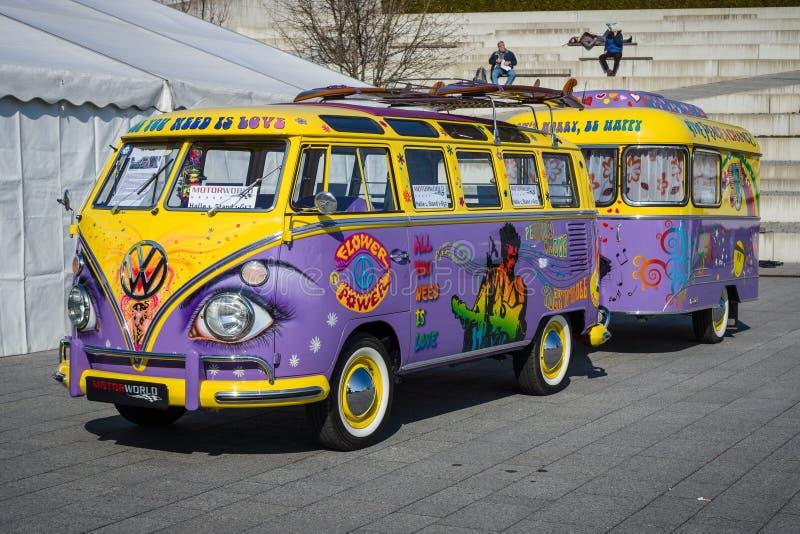 Van Volkswagen-T1 Luxe (Samba Bus) met een aanhangwagen, 1966 stock foto