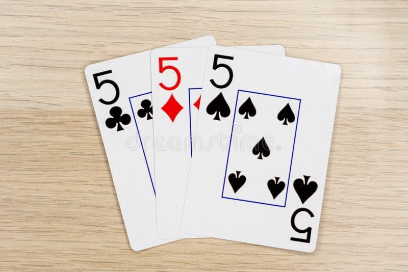 3 van vriendelijke fives 5 - casino het spelen pookkaarten royalty-vrije stock fotografie