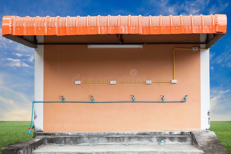 van waterkraan en pvc waterpijpen en Elektroschakelaar en stopverstand stock foto's