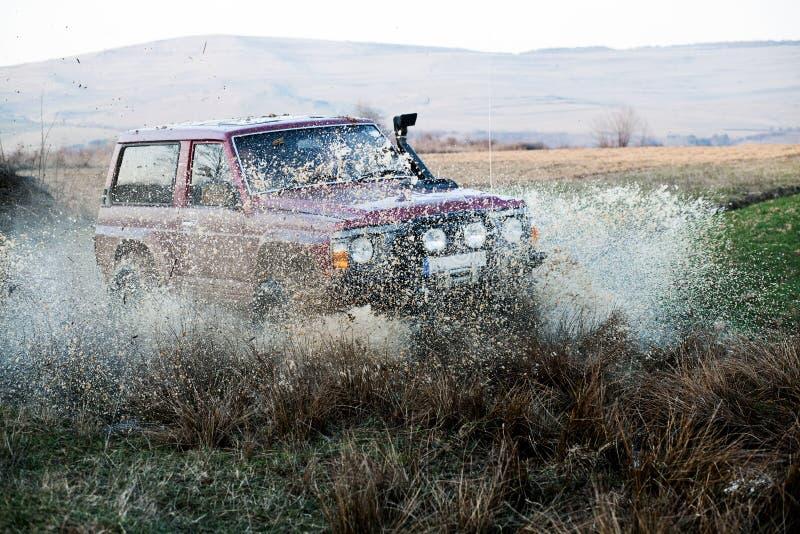 Van wegauto in modder stock afbeeldingen