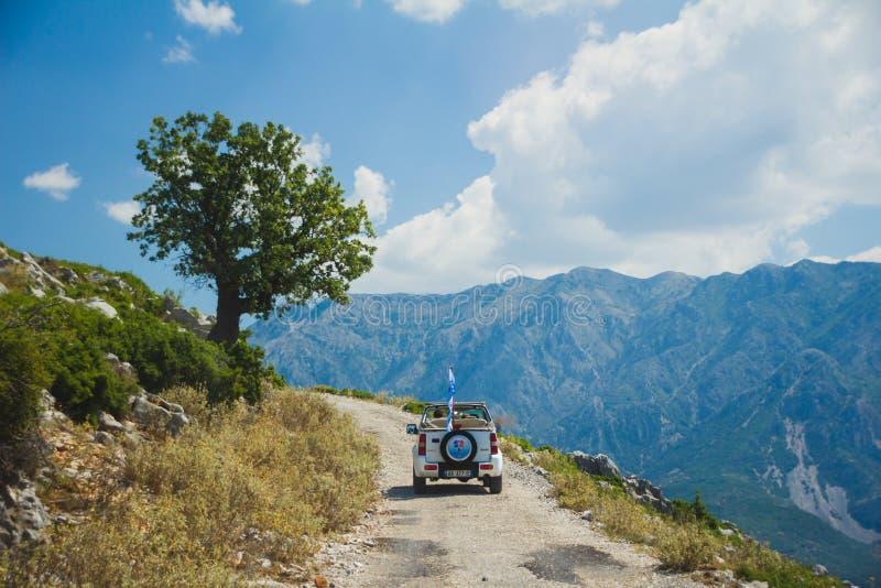 Van wegreis aan de bergen in Albanië Jonge Vrouw op het Strand van Formentera Eiland royalty-vrije stock afbeelding