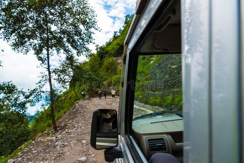 Van wegvoertuigen met toeristen op Annapurna-Behoudsgebied, Nepal stock afbeeldingen