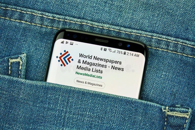 Van wereldkranten en Tijdschriften mobiele toepassing op Samsung s8 stock foto