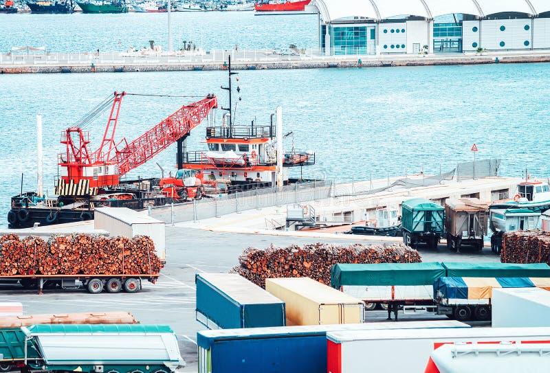 Van Zbiornik i ładunek wysyłka na portowym Cagliari Sardinia Włochy obrazy royalty free