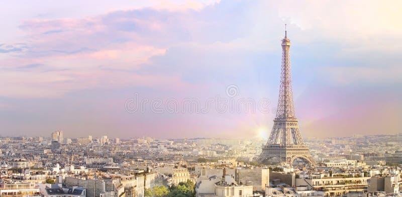 Van zonsondergangeiffel de toren en van Parijs de Boog van de vormtriumph van de stadsmening De Toren van Eiffel van Champ de Mar stock foto's