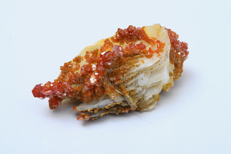Vanadinite alaranjado no mineral de barite foto de stock