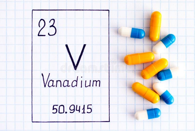 Vanadium V d'élément chimique d'écriture avec quelques pilules photo libre de droits
