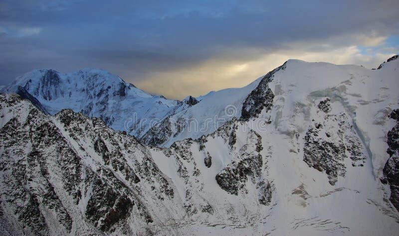 Vanaf de bovenkant van de bergpas stock afbeelding
