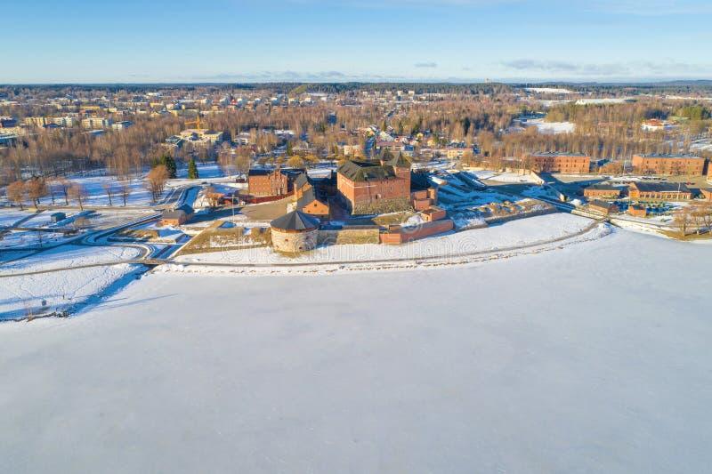Vanajavesi sjö och den forntida fästningen av Hameenlinna, flyg- granskning för marsmorgon finland royaltyfria foton
