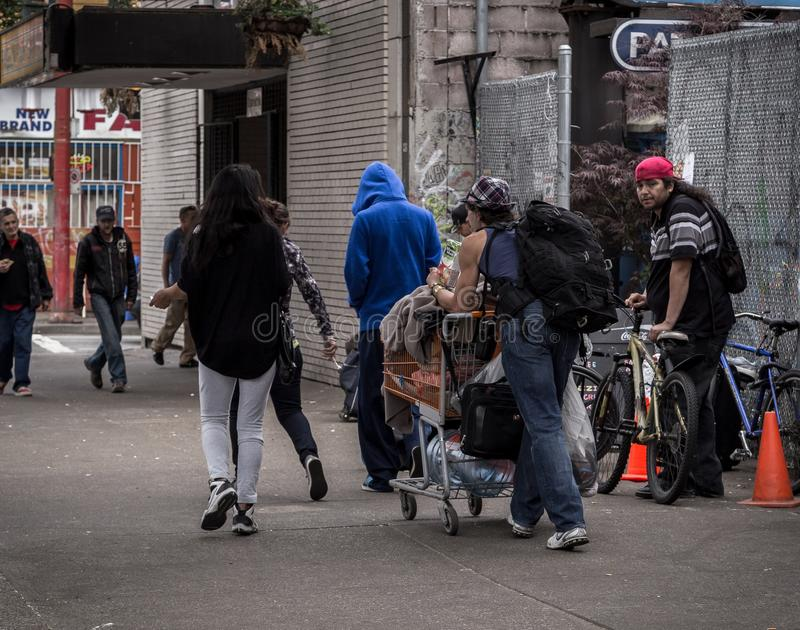 VANCÔVER, BC, CANADÁ - 11 DE MAIO DE 2016: Uma cena toda demasiado comum da pobreza e da pobreza que é o ` s de Vancôver do centr foto de stock royalty free