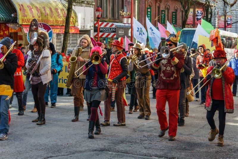 VANCÔVER, CANADÁ - 18 de fevereiro de 2018: Marchar persegue a faixa que executa durante a parada chinesa do ano novo imagem de stock royalty free