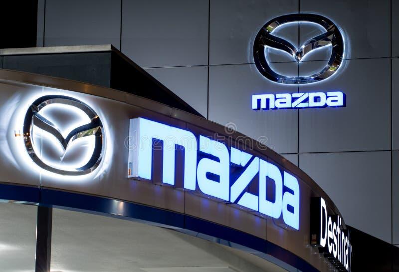 Vancôver Canadá - 9 de janeiro de 2018: Logotipo de Mazda na fachada do escritório oficial do negociante O corporaçõ de Mazda Mot imagens de stock royalty free