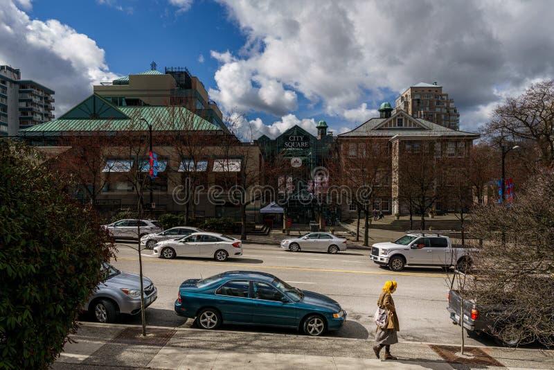 VANCÔVER, CANADÁ - 26 DE MARÇO DE 2019: shopping do quadrado de cidade no tempo de mola da rua do cambie imagens de stock