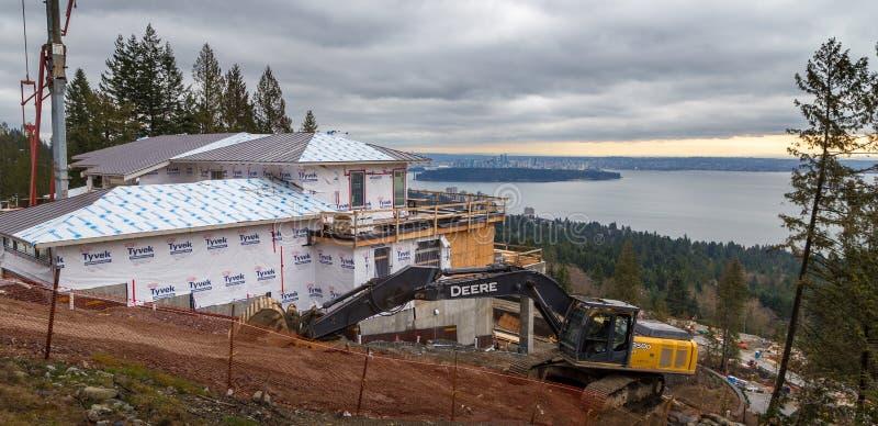 VANCÔVER OCIDENTAL, BC, CANADÁ - 10 DE FEVEREIRO DE 2016: Casa nova que está sendo construída nas propriedades ocidentais do ` s  fotografia de stock