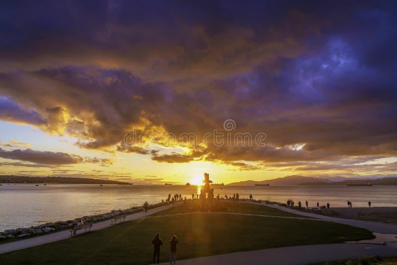 Vancouver AVANT JÉSUS CHRIST Caanda, avril 2019 Plage anglaise de baie avec des milieux de ciel de nuages de coucher du soleil photos libres de droits