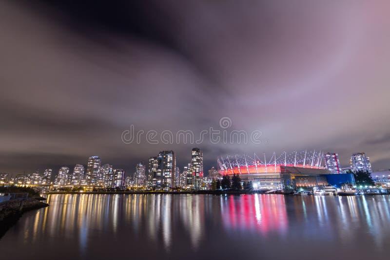 VANCOUVER 2012 : AVANT JÉSUS CHRIST stade chez False Creek une nuit nuageuse, Dow photos stock