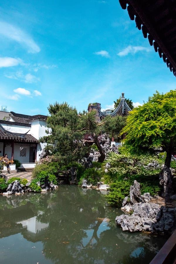 Vancouver, BC Canada - Mei 18, 2019: Een Vijver en Bomen bij Dr. De Klassieke Chinese Tuin van Sun Yat-sen in Chinatown Vancouver stock foto