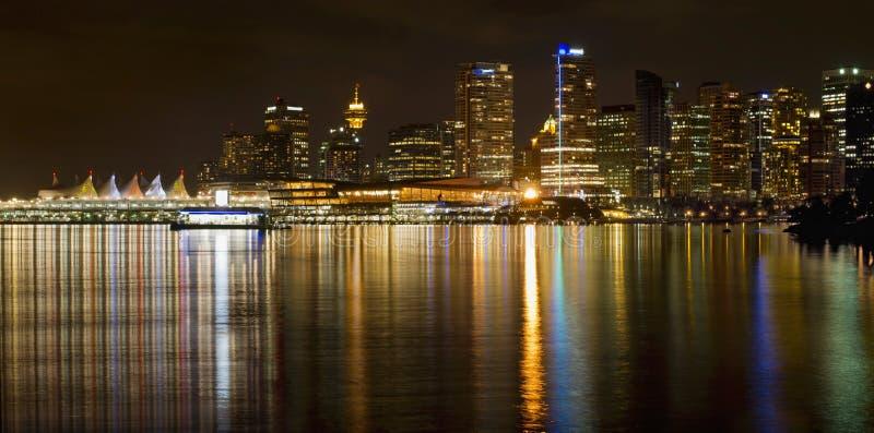 Vancouver BC horisont från den Stanley parken på natten arkivfoton
