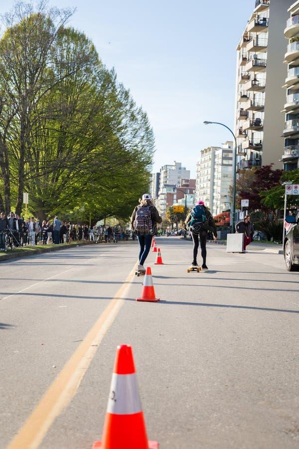 VANCOUVER, BC, KANADA, APR - 20, 2019: Je?dzi? na deskorolce i?? w d?? pla?a Ave blisko 420 festiwalu zdjęcia royalty free