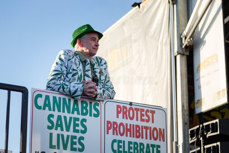 VANCOUVER, BC, KANADA, APR - 20, 2019: Marihuana aktywista stoi bezczynnie marihuana znaka przy 420 festiwalem wewnątrz obrazy stock