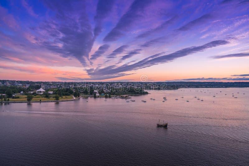 Vancouver BC Kanada, Czerwiec 2018 puszysty zmierzch chmurnieje nad miasta niebem obrazy stock