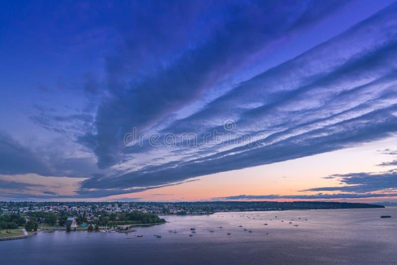 Vancouver BC Kanada, Czerwiec 2018 puszysty zmierzch chmurnieje nad miasta niebem obrazy royalty free