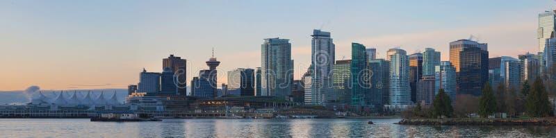 Vancouver BC miasta linia horyzontu od Stanley parka przy wschodem słońca fotografia stock
