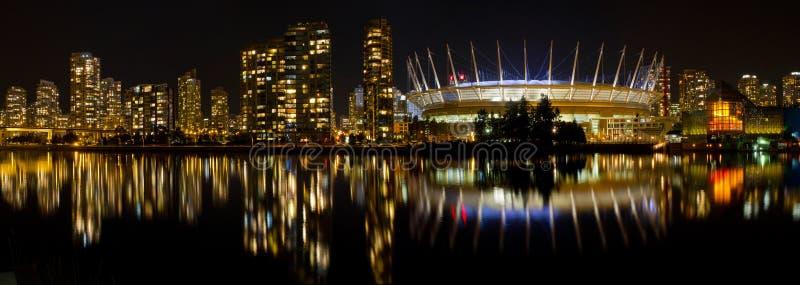 Vancouver-BC Skyline entlang falschem Nebenfluss nachts lizenzfreies stockfoto