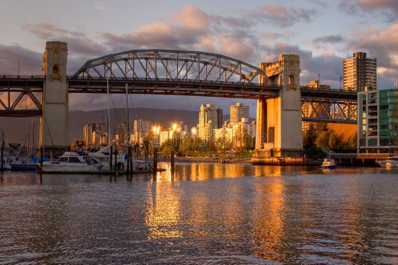 Vancouver - Burrard Brücke am Sonnenuntergang lizenzfreie stockfotos