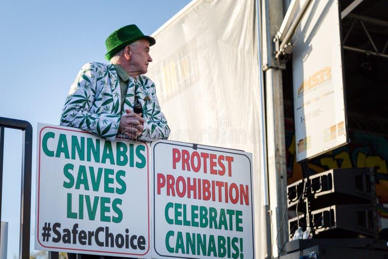 VANCOUVER, A.C., CANAD? - 20 DE ABRIL DE 2019: Un activista de la marijuana que hace una pausa una muestra de la favorable-mariju foto de archivo libre de regalías